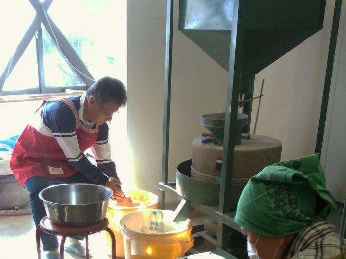 新蕎麦の季節到来!採れたての蕎麦の実を使った蕎麦挽き・蕎麦打ち体験