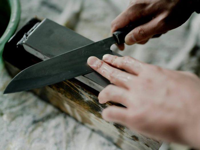 ギフトにも最適! 越前打刃物の産地で、世界にたった1本のオリジナル包丁を作る!【タケフナイフビレッジ】包丁研ぎ体験 × 【柄と繪】漆の絵付け体験 コラボワークショップ